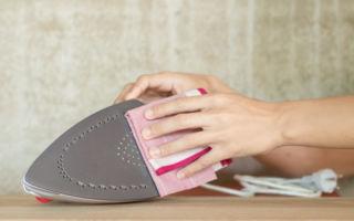 Как очистить поверхность утюга от пригоревшей ткани?