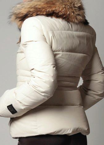 Белый пуховик