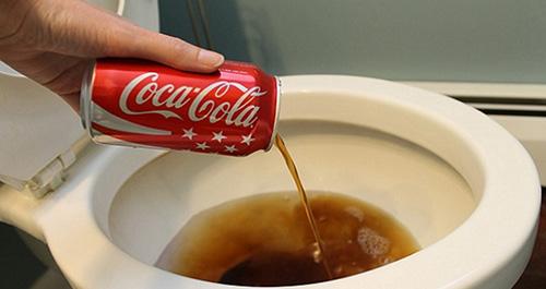 Наливаем кока-колу в унитаз фото