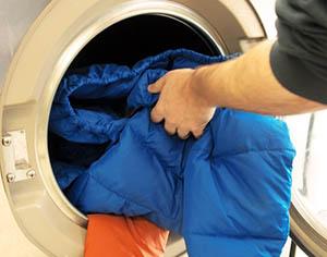 куртку загружают в стиральную машину