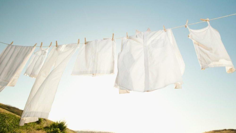 белая одежда на веревке