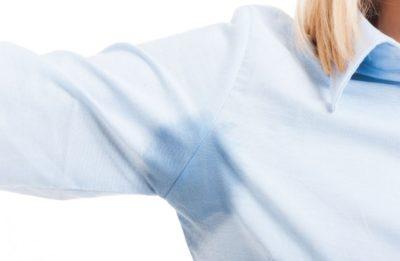 пятна пота на одежде
