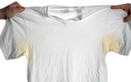 пятна пота на белой одежде