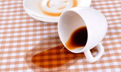 Как отстирать кофе с белой и цветной одежды одежды подручными способами?