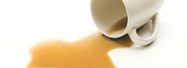 Как отстирать пятно от чая с белой и цветной одежды?
