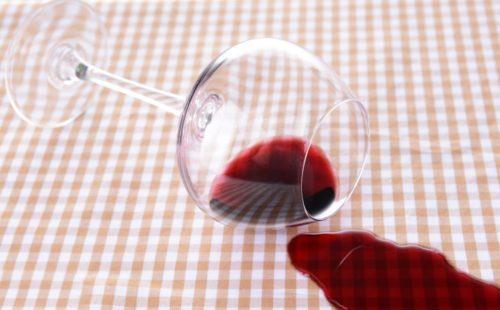 Как вывести пятно от красного вина с любимой одежды?
