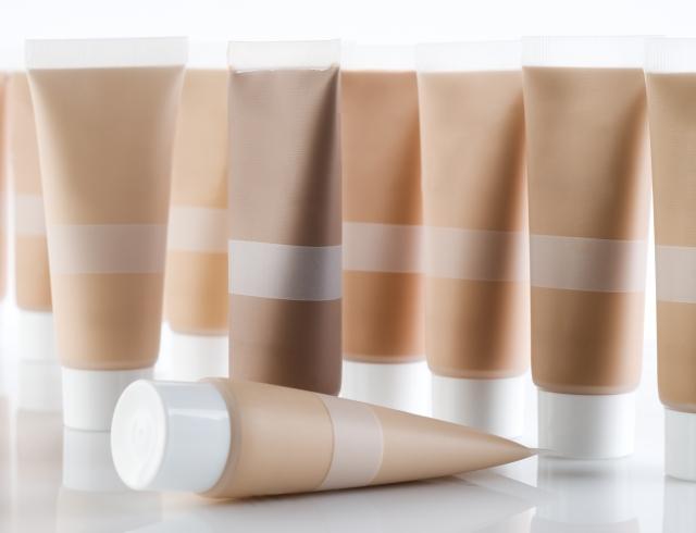 Как вывести тональный крем с белой и цветной одежды?