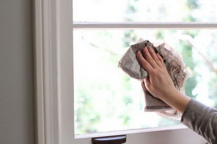 Чистка окна газетой