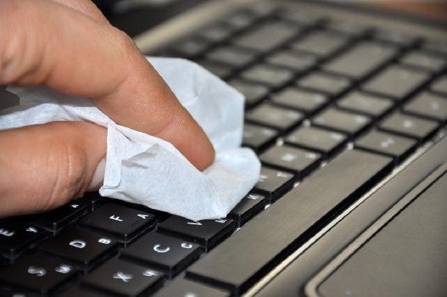 Очищение клавиатуры салфеткой