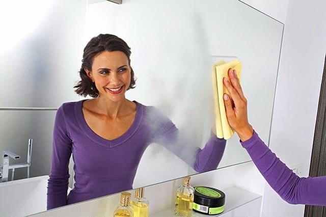 Мытье зеркала в ванной