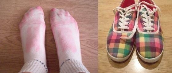Окрашенные обувью носки