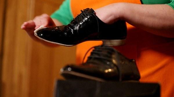 Очищение лакированной обуви молоком